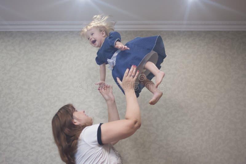 behandla som ett barn momen lycklig barndom royaltyfria foton