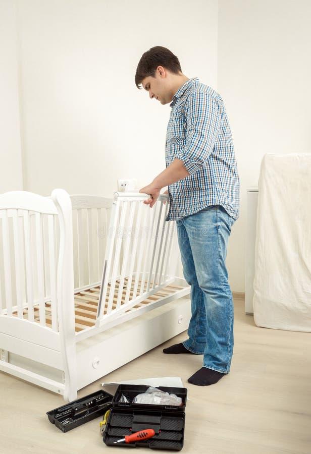 Behandla som ett barn monterande vit för faktotumet lathunden i ny lägenhet royaltyfri bild