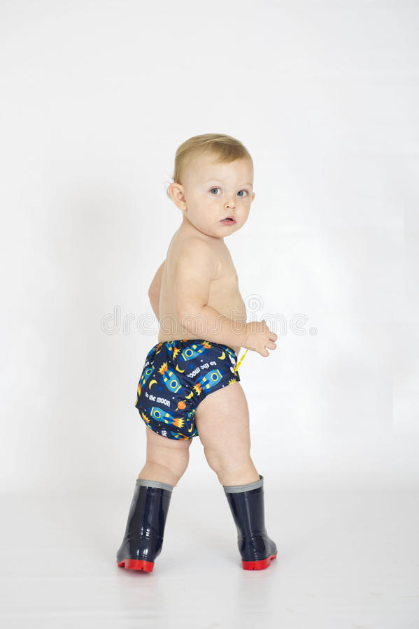 Behandla som ett barn nappyen för torkduken för pojken den bärande återvinningsbara royaltyfri fotografi