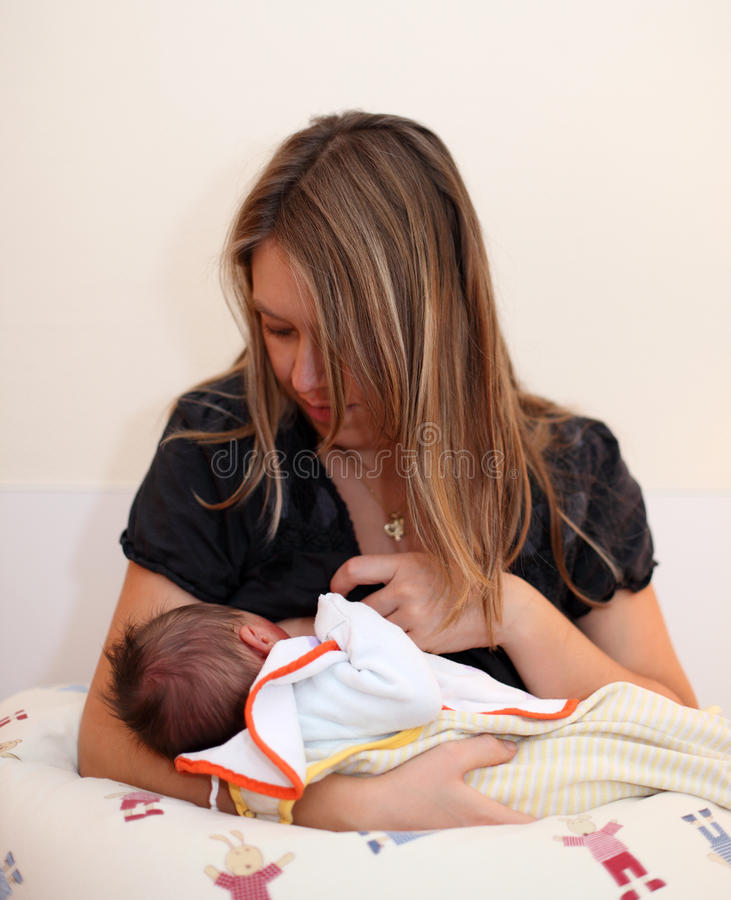 behandla som ett barn nyfödd amning arkivbild