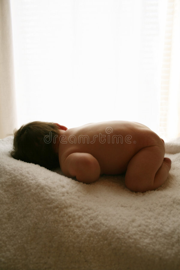 Download Behandla Som Ett Barn Nyfött Arkivfoto - Bild av födda, flickor: 524014