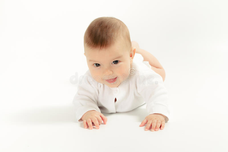 Behandla som ett barn nyfött i skjortacloseupen på vit bakgrund fotografering för bildbyråer