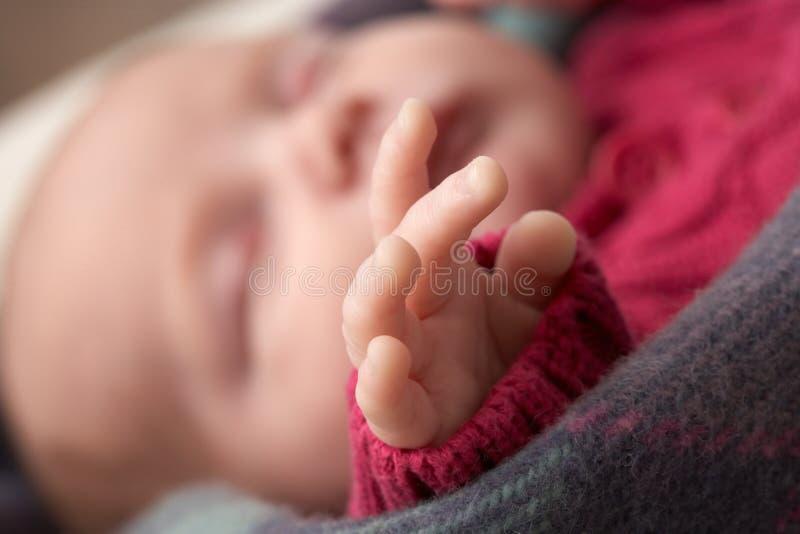 behandla som ett barn nyfött sova för tät hand upp royaltyfri fotografi