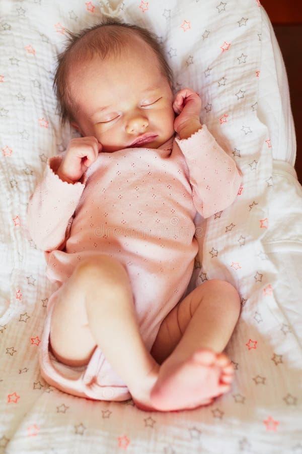 behandla som ett barn nyf?tt sova f?r flicka royaltyfria bilder