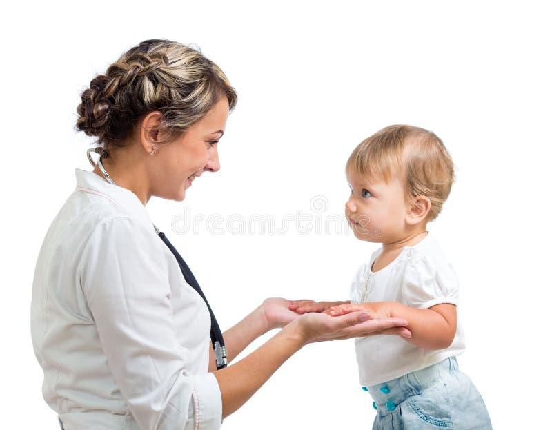 Behandla som ett barn och doctor isolerat på vit bakgrund royaltyfri fotografi