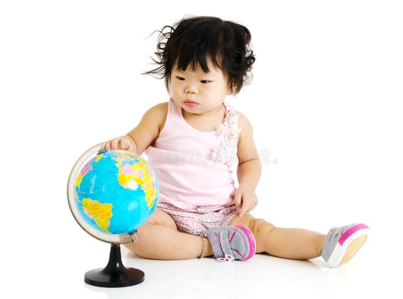Behandla som ett barn och jordklotet royaltyfria bilder
