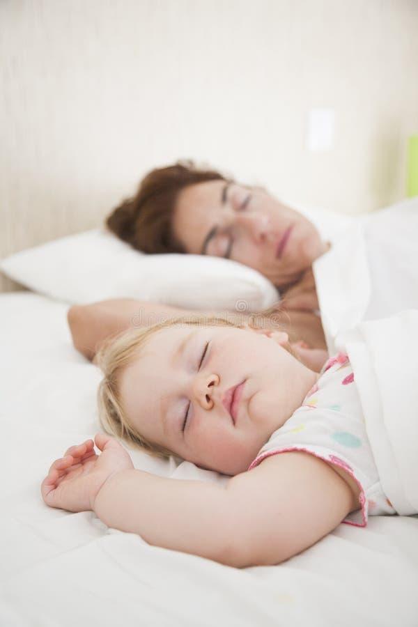 Behandla som ett barn och mamman som tillsammans drömmer royaltyfria foton