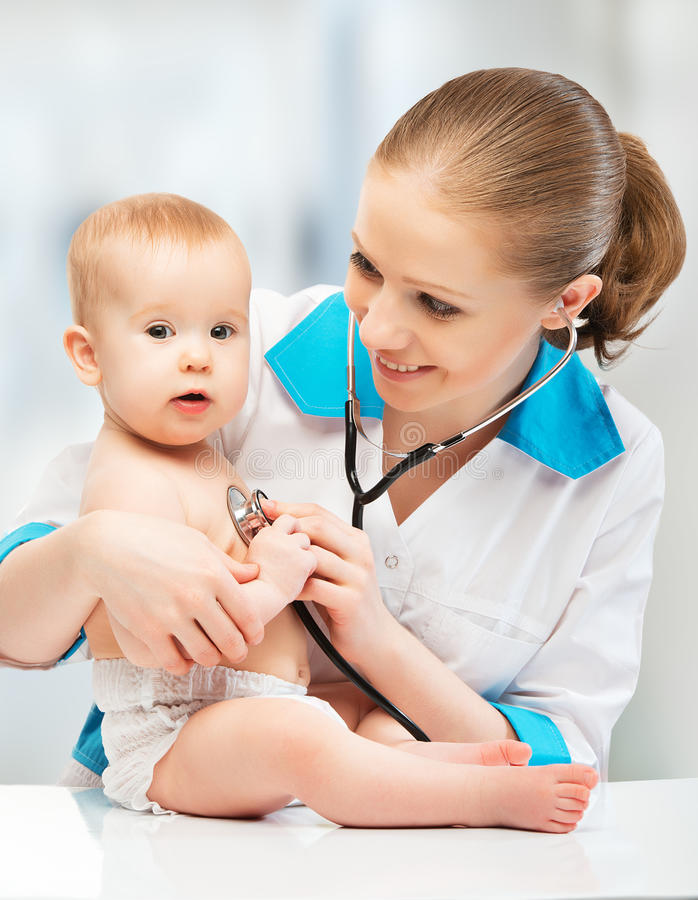 Behandla som ett barn och manipulera pediatriskt. doktorn lyssnar till hjärtan med s royaltyfri bild