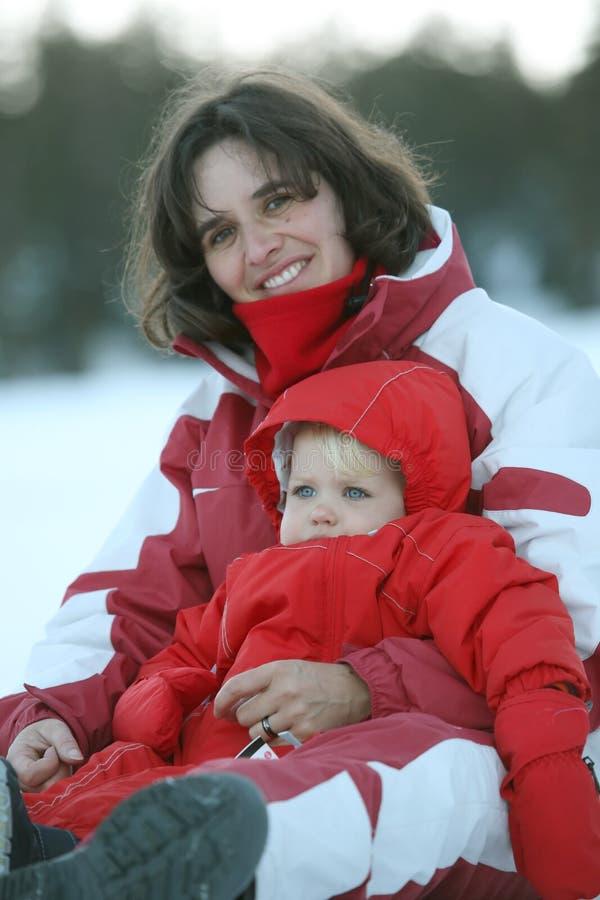 Behandla som ett barn och mother royaltyfri bild