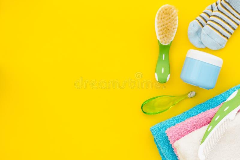 Behandla som ett barn omsorg Badskönhetsmedel och tillbehör för barn Schampo att stelna, att skumma, att kamma på gult utrymme fö royaltyfria bilder