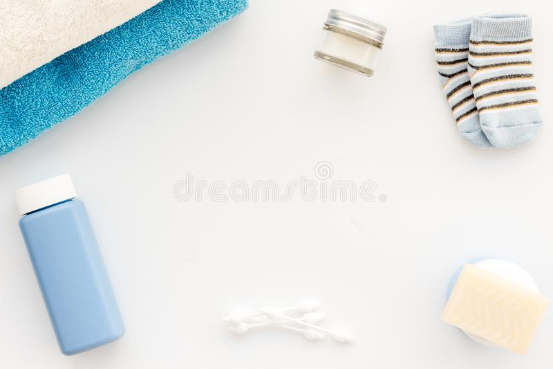 Behandla som ett barn omsorg Badskönhetsmedel och tillbehör för barn Schampo stelnar, kräm, handduken, sockor på den vita kopian  royaltyfria bilder