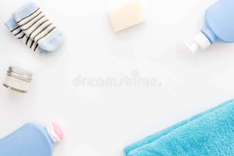 Behandla som ett barn omsorg Badskönhetsmedel och tillbehör för barn Schampo stelnar, kräm, handduken, sockor på den vita kopian  fotografering för bildbyråer