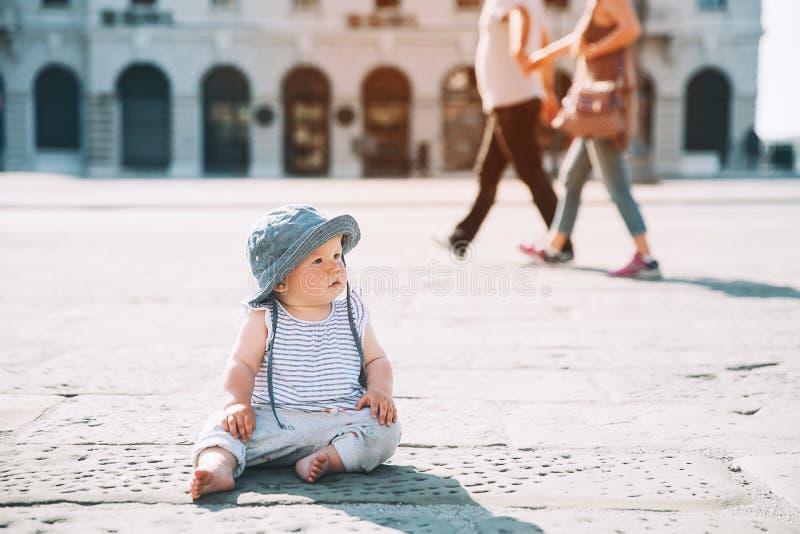 Behandla som ett barn på en europeisk stadsgata i Italien arkivbild