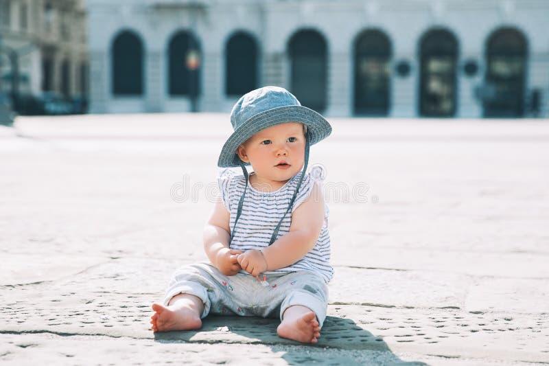 Behandla som ett barn på en europeisk stadsgata i Italien arkivbilder