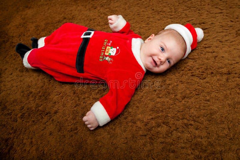 Behandla som ett barn på hans första jul arkivbilder