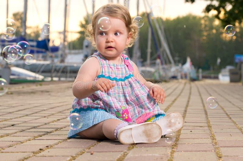 Behandla som ett barn på seafront arkivfoton