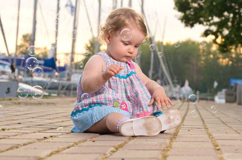 Behandla som ett barn på seafront royaltyfria foton