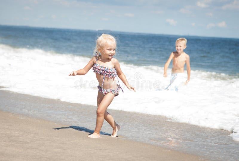 Behandla som ett barn på stranden arkivbild
