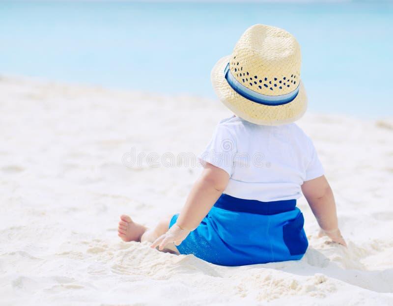 Behandla som ett barn på stranden arkivfoto