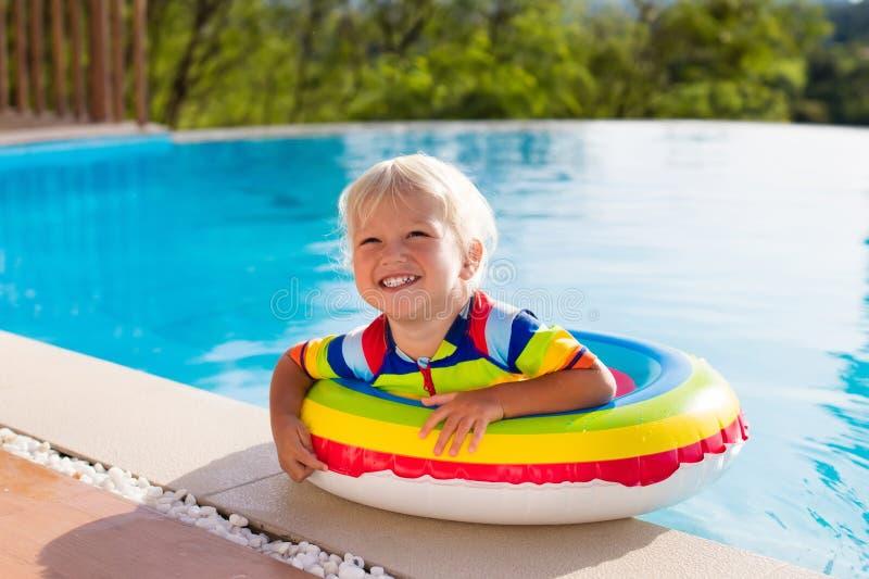 behandla som ett barn pölsimning Ungebad Barnsommargyckel royaltyfria foton