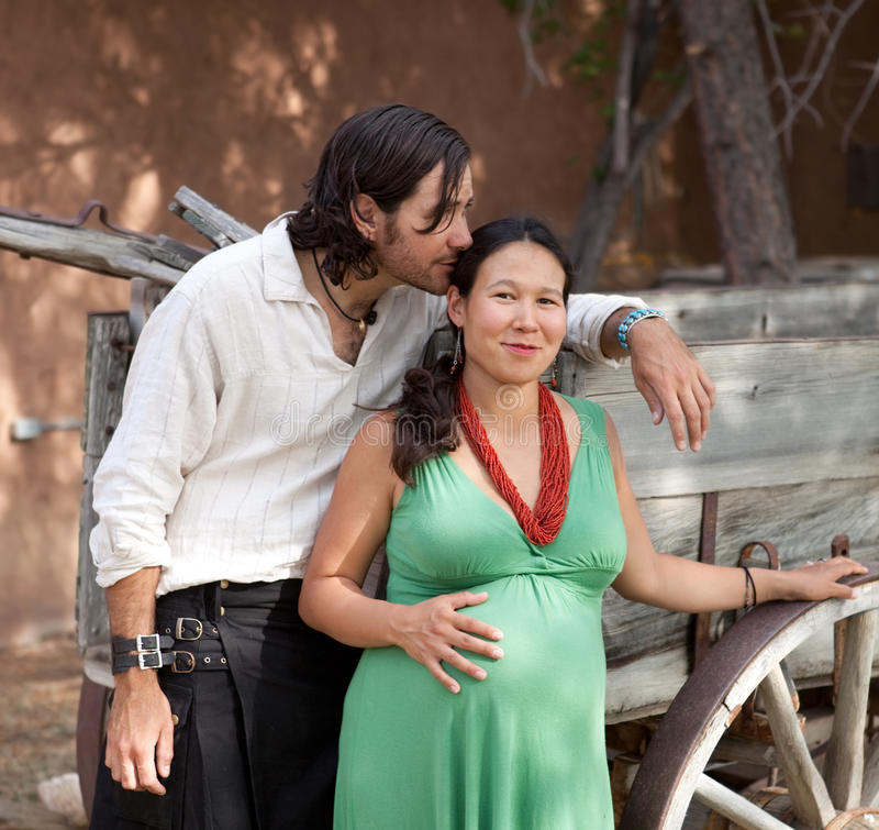 behandla som ett barn par som förväntar lyckligt barn royaltyfria foton