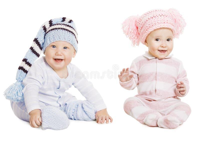 Behandla som ett barn pojkeflickaståenden, små ungar den Woolen hatten, barncrawlsimmarerankor royaltyfri fotografi