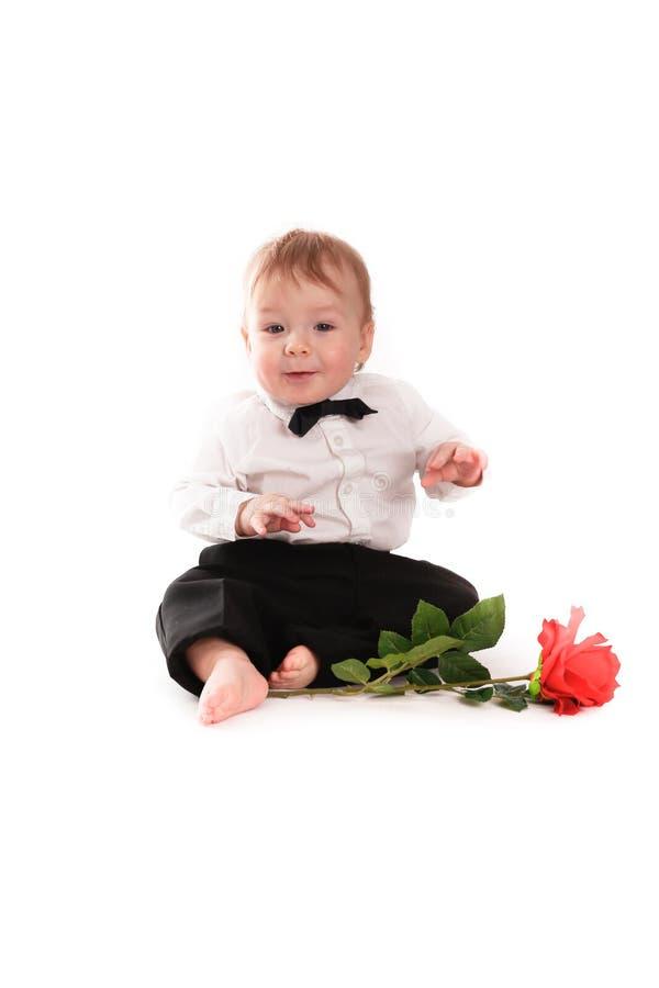 Behandla som ett barn pojkegentlemandräkten och bind fjärilen med steg royaltyfria bilder