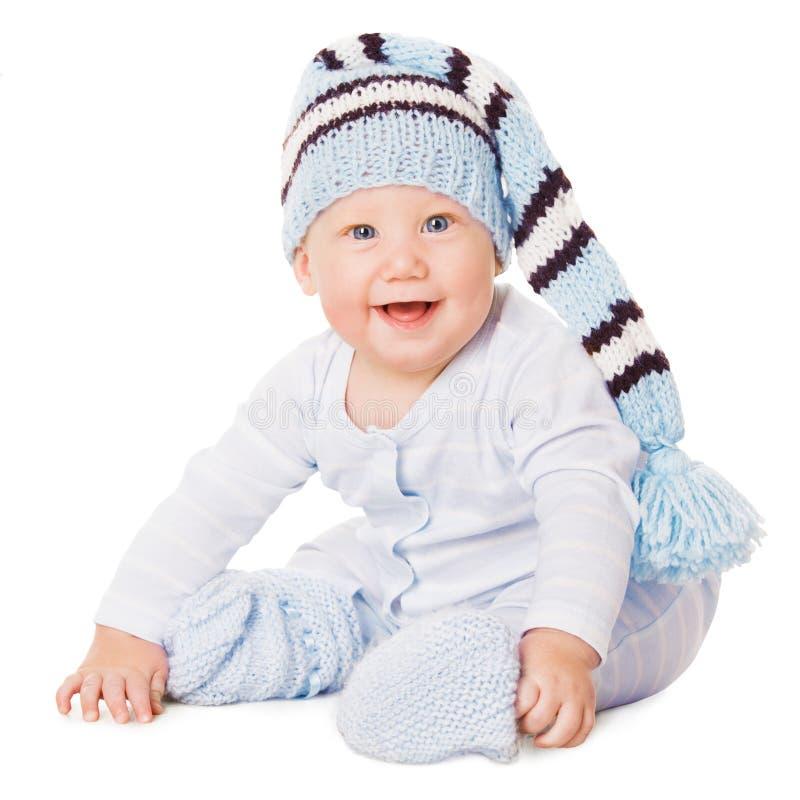 Behandla som ett barn pojkekläder, det lyckliga barnet i blå hatt, sammanträdeunge arkivfoton