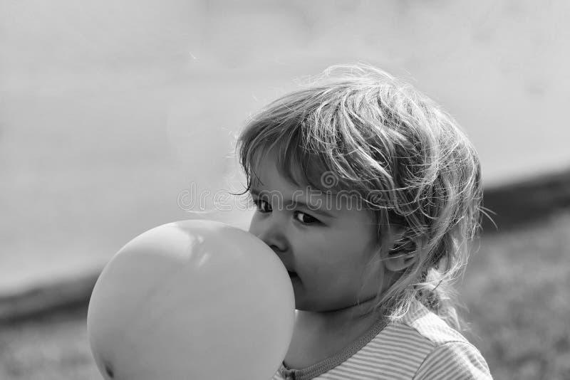 Behandla som ett barn pojkelekar med ballongen fotografering för bildbyråer