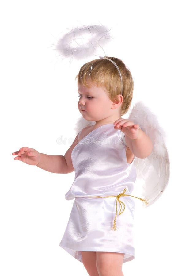 Behandla som ett barn pojken i dräkt av ängeln arkivfoton