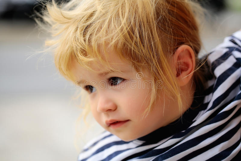 Behandla som ett barn pojken i randig skjorta royaltyfria foton