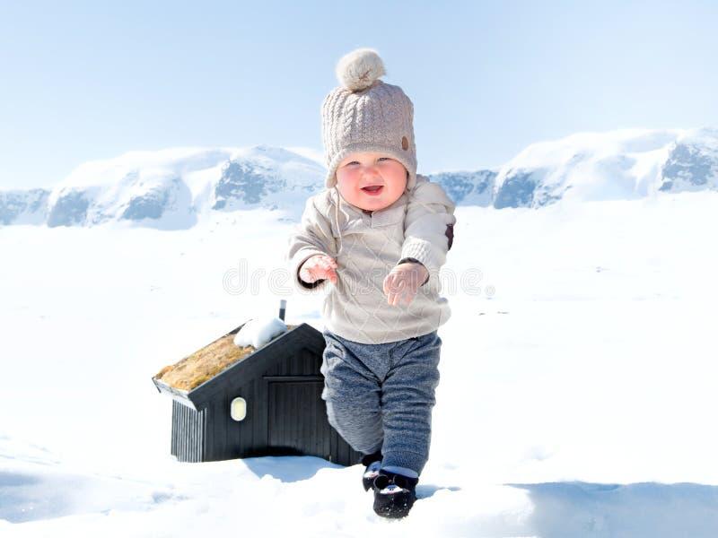 Behandla som ett barn pojken i snön arkivbild