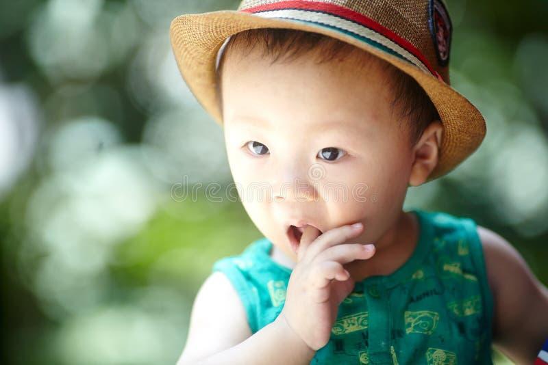 Behandla som ett barn pojken i sommar arkivbilder
