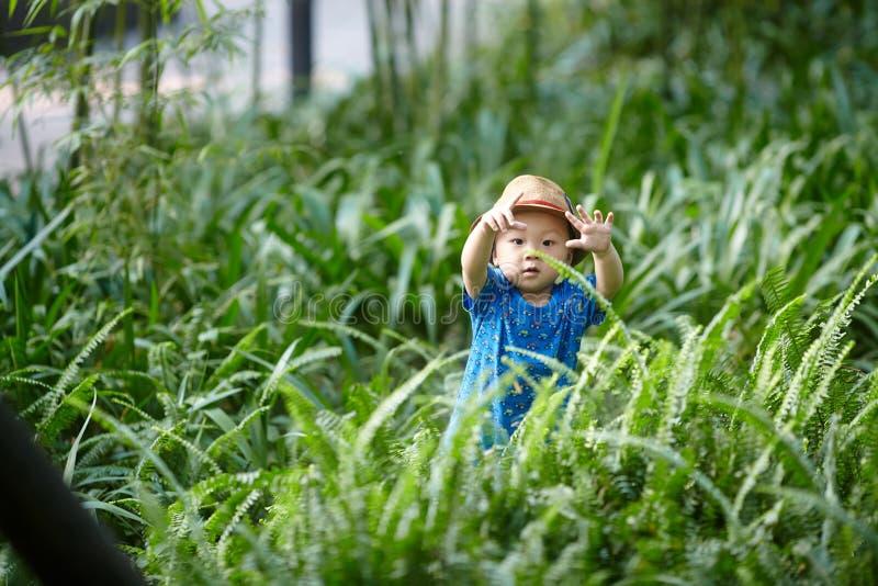 Behandla som ett barn pojken i sommar arkivbild