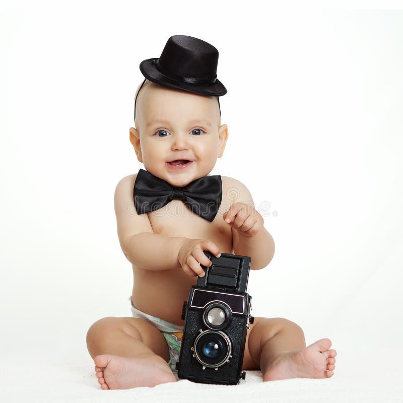 Behandla som ett barn pojken med kameran arkivbild