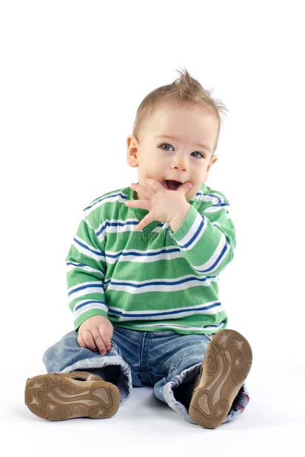 Behandla som ett barn pojken med räcker på hans mun royaltyfria bilder