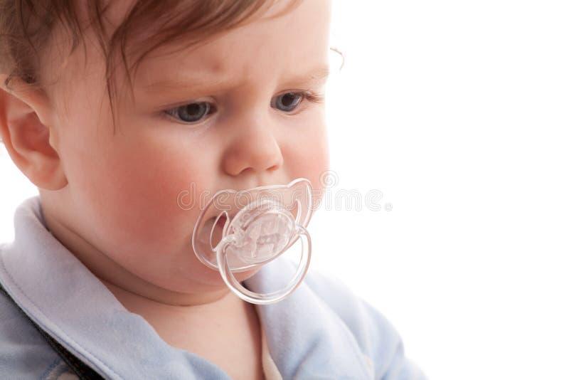 behandla som ett barn pojken misshog fredsmäklareståenden arkivfoto