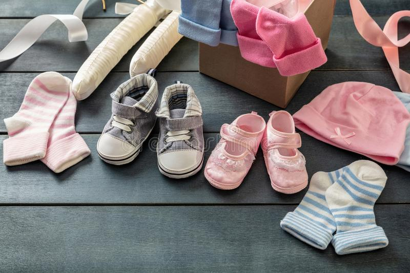 Behandla som ett barn pojken och flickaskor och sockor på blå träbakgrund royaltyfri foto