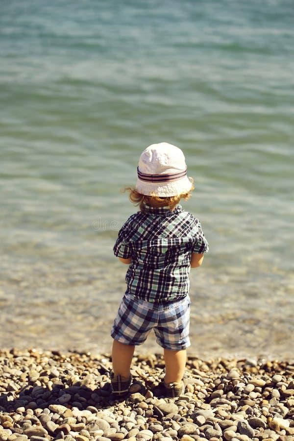 Behandla som ett barn pojken p? Pebble Beach royaltyfri bild