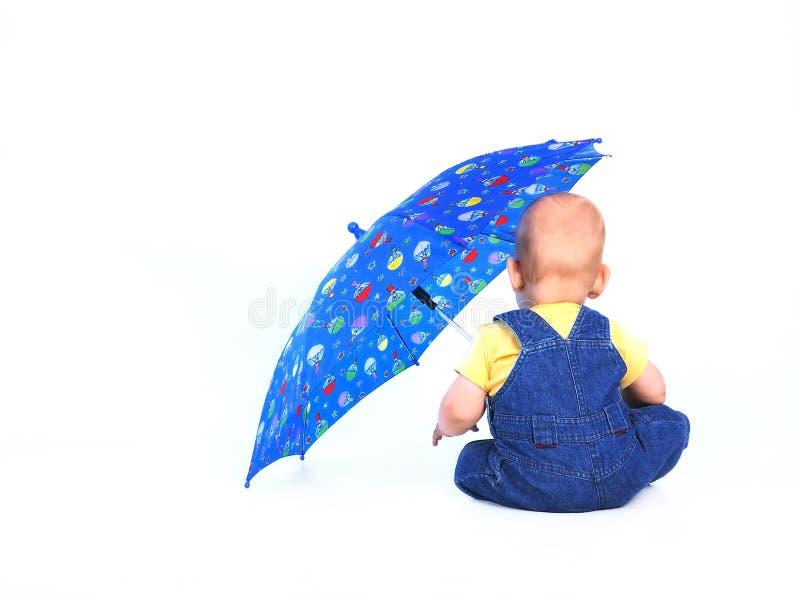 behandla som ett barn pojkeparaplyet royaltyfri foto