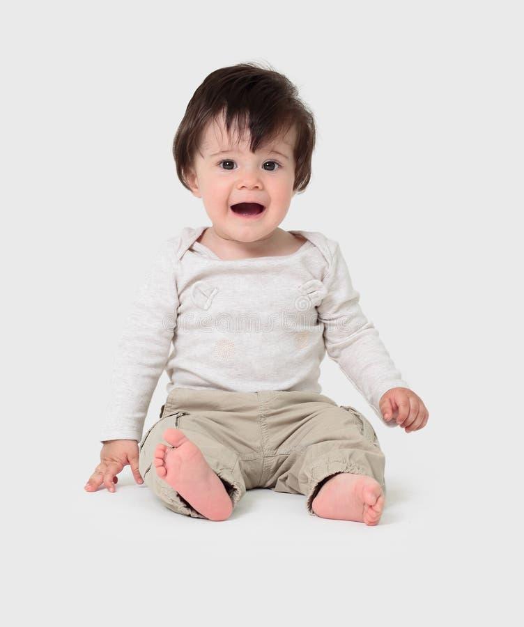 Behandla som ett barn pojkesammanträde på golvet, stillhet och kopplat av royaltyfri fotografi