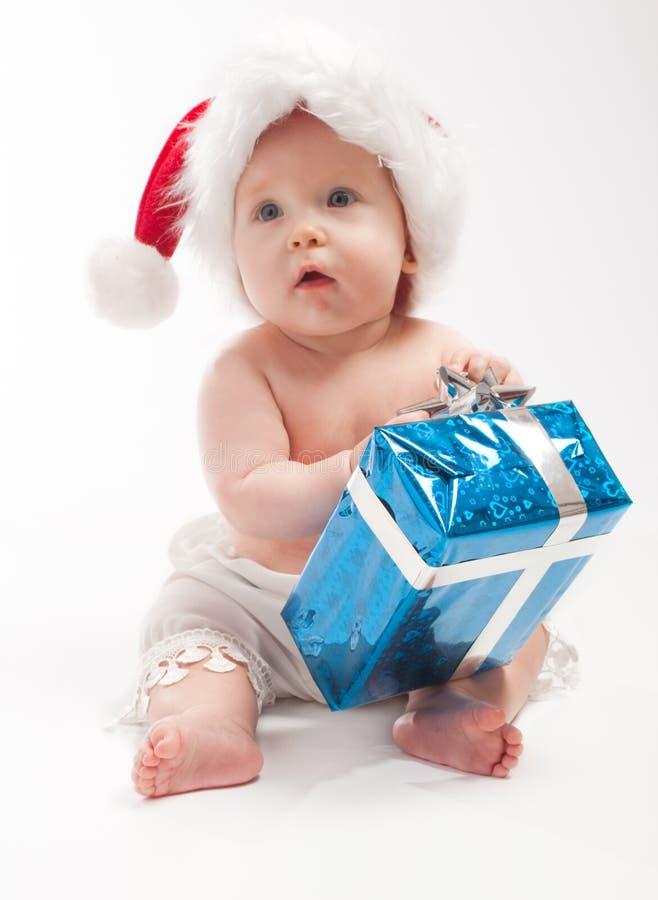 behandla som ett barn presenten för den blåa asken sitter royaltyfria bilder