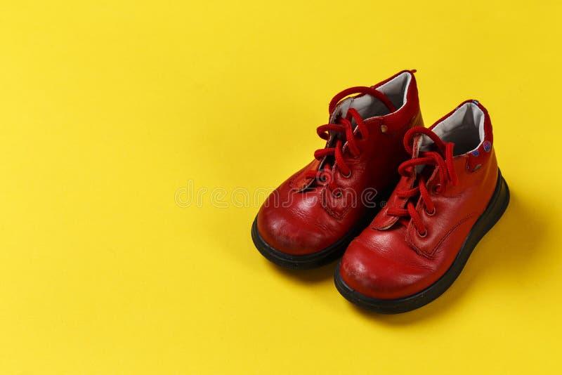 Behandla som ett barn röda skor fotografering för bildbyråer