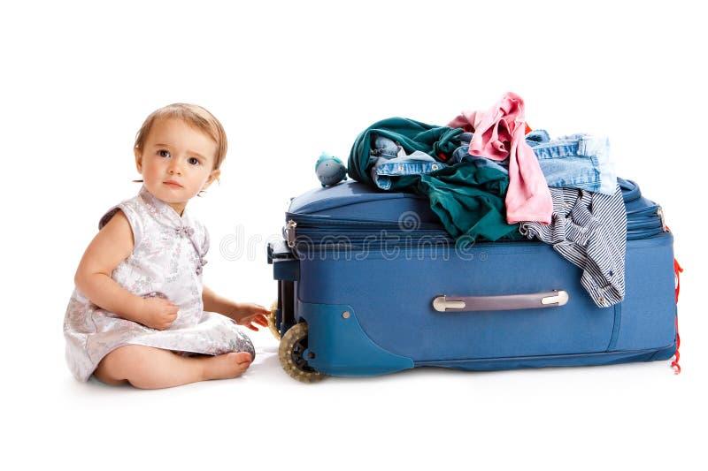 behandla som ett barn resväskan arkivbild