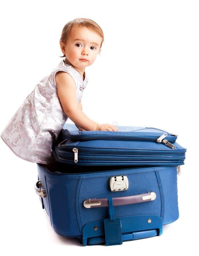 behandla som ett barn resväskan arkivbilder