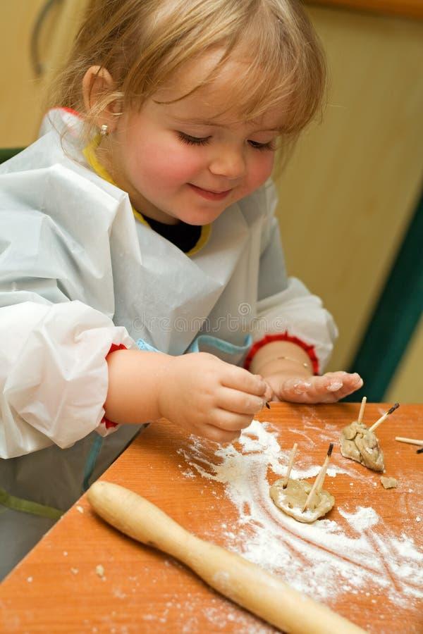 behandla som ett barn roliga flickan för kakan som den har royaltyfri fotografi