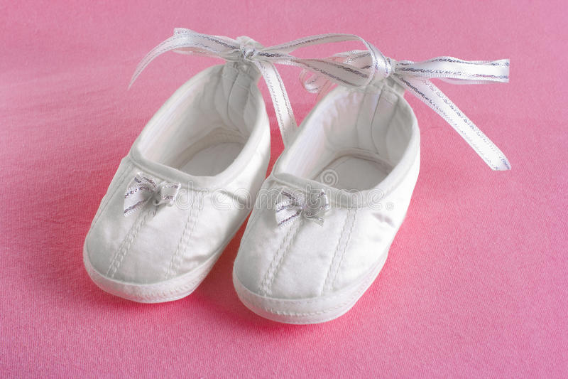 behandla som ett barn rosa s vita arkskor för bootees royaltyfri fotografi