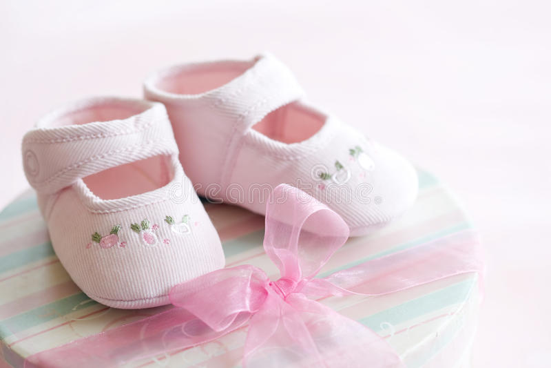 behandla som ett barn rosa skor arkivfoto
