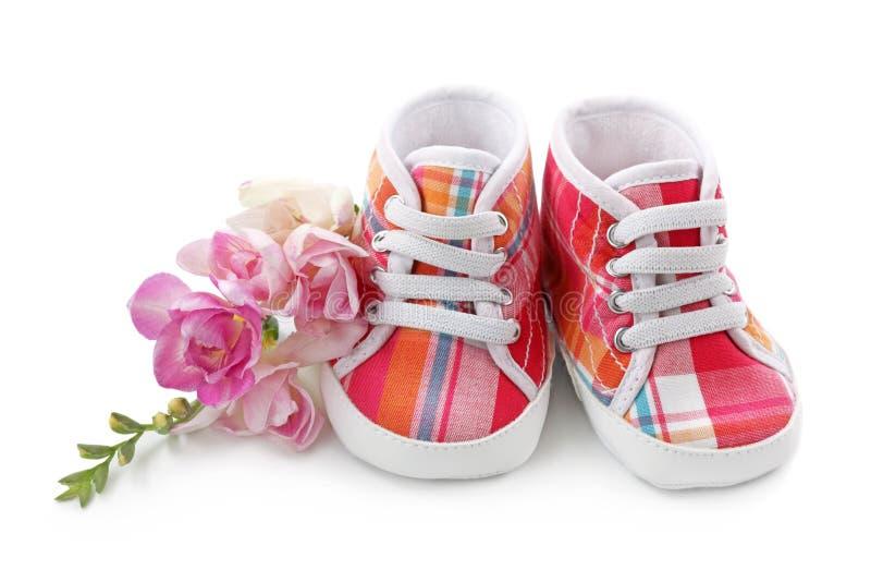 behandla som ett barn rosa skor för flickan royaltyfria bilder