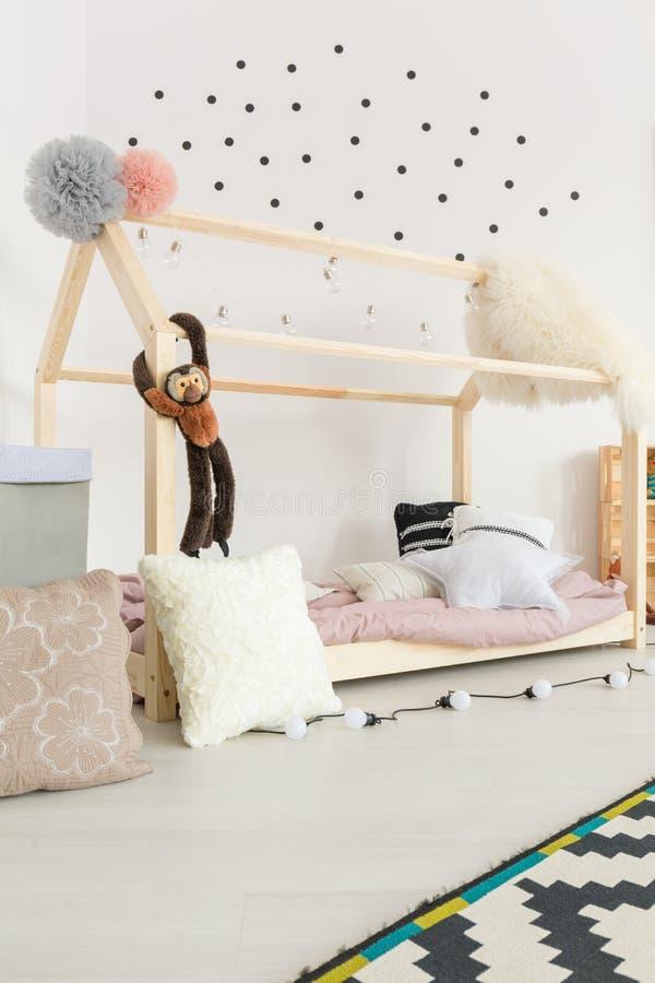 Behandla som ett barn rum med den pastellfärgade dekoren royaltyfria foton